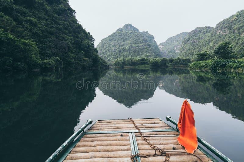 Vue au-dessus de réservation nationale de marécages de Tam Coc du bateau de touristes dans Ninh Binh, Vietnam image libre de droits