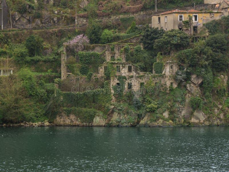 Vue au-dessus de rivière Douro à Porto, Portugal avec de vieilles ruines en pierre images stock