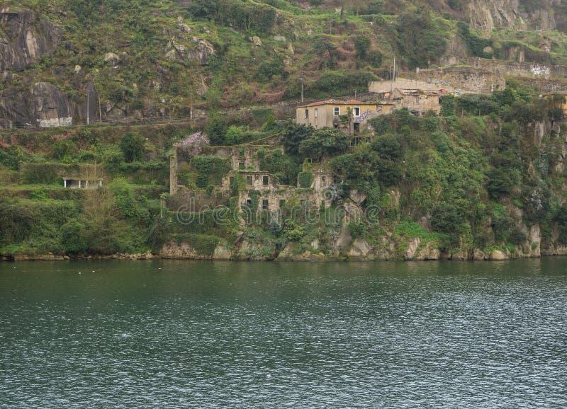 Vue au-dessus de rivière Douro à Porto, Portugal avec de vieilles ruines en pierre photographie stock libre de droits