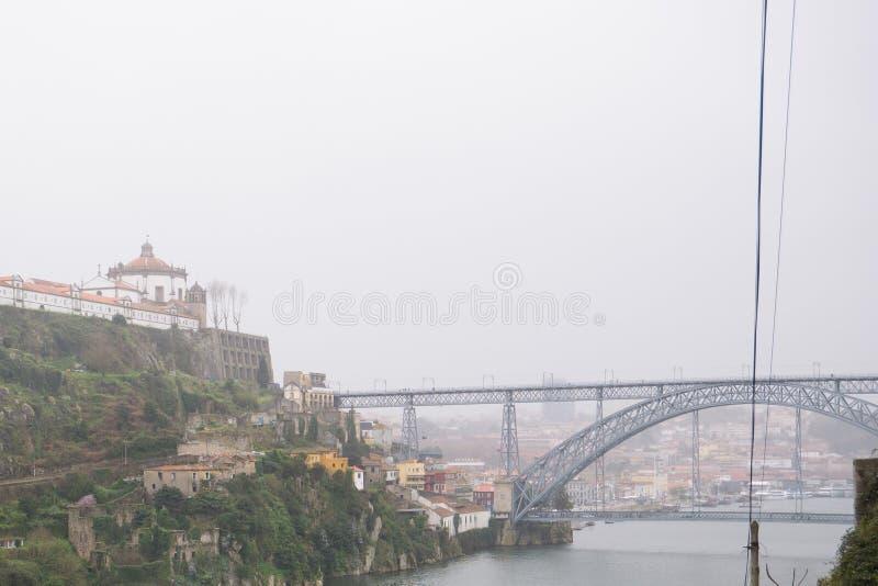Vue au-dessus de rivière Douro à Porto, Portugal Jour pluvieux et obscurci image stock