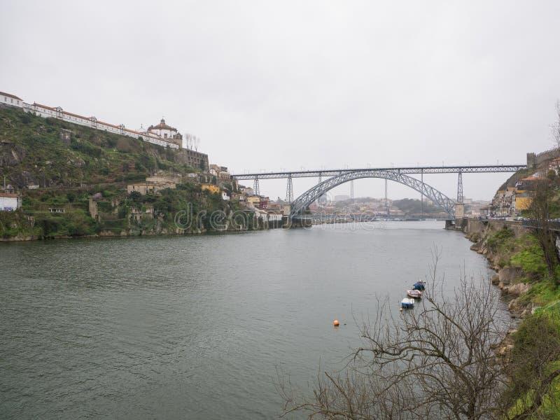 Vue au-dessus de rivière Douro à Porto, Portugal un jour pluvieux et obscurci au printemps avec des bateaux images stock