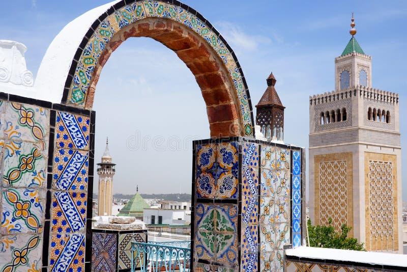 Vue au-dessus de Tunis et médiane à la mosquée images libres de droits