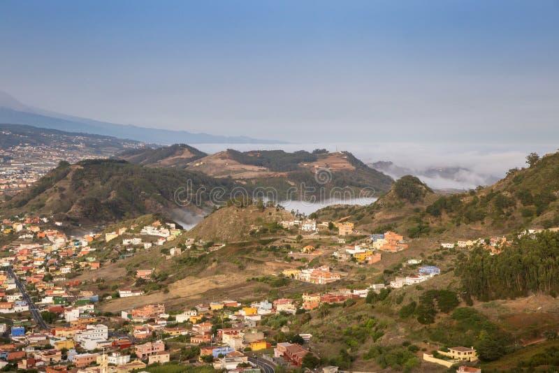 Vue au-dessus de vallée en montagnes d'Anaga avec l'océan à l'arrière-plan, Ténérife, Espagne image libre de droits