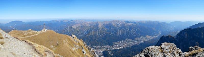 Vue au-dessus de ville de Busteni des montagnes de Bucegi photo stock