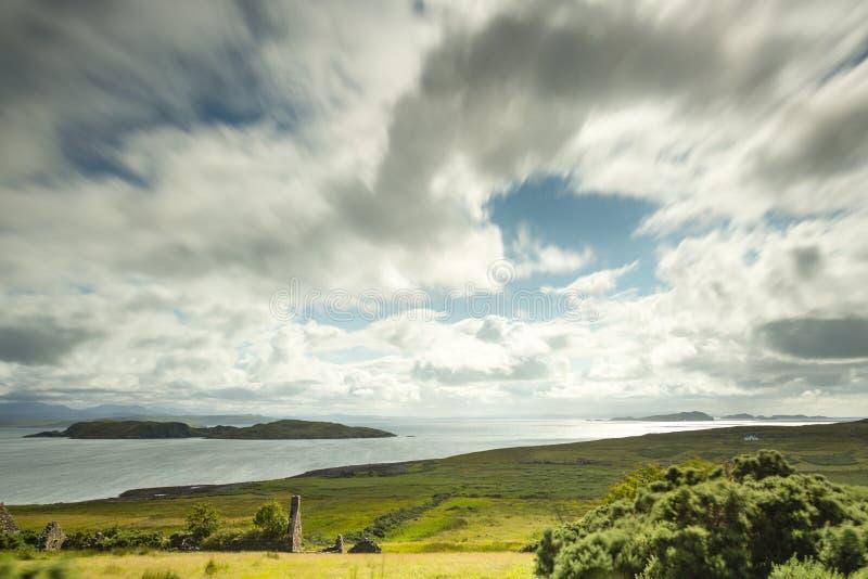 Vue au-dessus des îles d'été en Ecosse du nord photo stock
