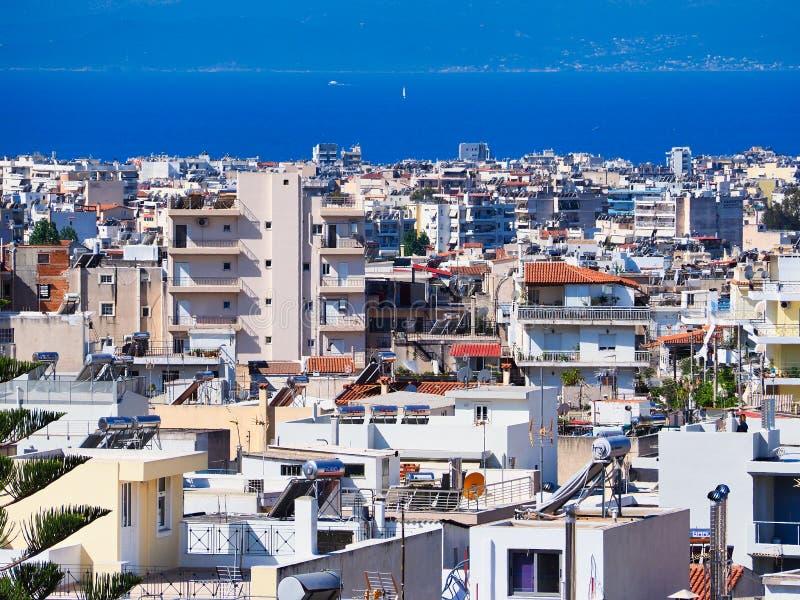 Vue au-dessus des banlieues d'Ath?nes au Golfe de Saronic ou au Golfe d'Aegina photographie stock libre de droits