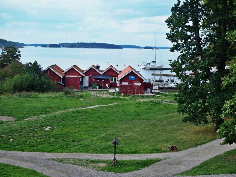 Vue au-dessus des chalets sur l'île de Grinda dans l'archipel de Stockholm images libres de droits