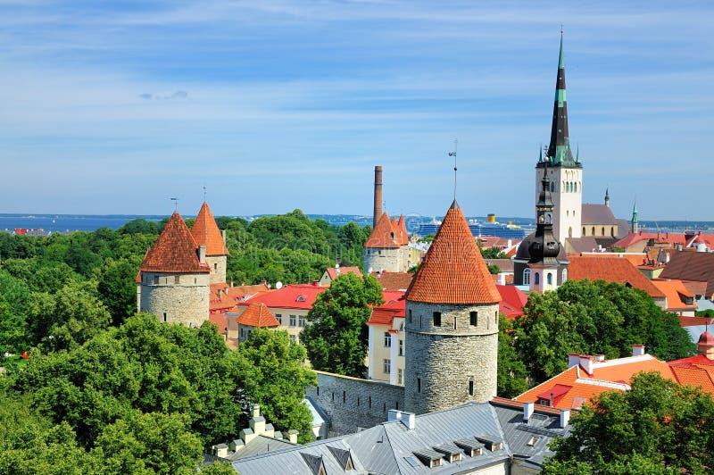 Vue au-dessus des murs de Tallinn, Estonie photos stock