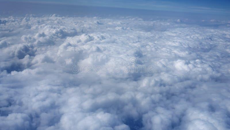 Vue au-dessus des nuages images stock