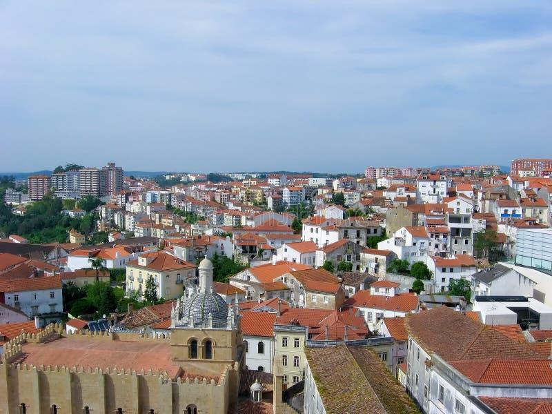 Vue au-dessus des toits européens rouges photo libre de droits