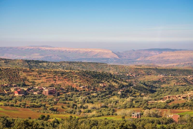 """Vue au-dessus des villages passage de Tizi N de """"Tichka dans les montagnes d'atlas, Maroc photos stock"""