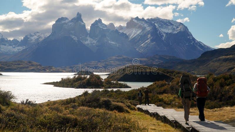 Vue au-dessus du lac vers les montagnes en Torres del Paine, Chili image libre de droits