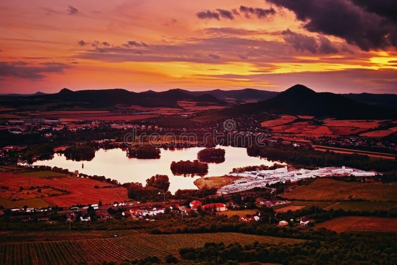 Vue au lac de jezero de Zernosecke et à la colline de Lovos de la colline de Radobyl dans le secteur de touristes de CHKO Ceske S photos stock