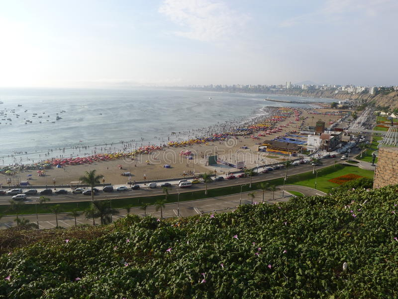 Vue au nord de la baie de Lima de Chorrillos photos stock