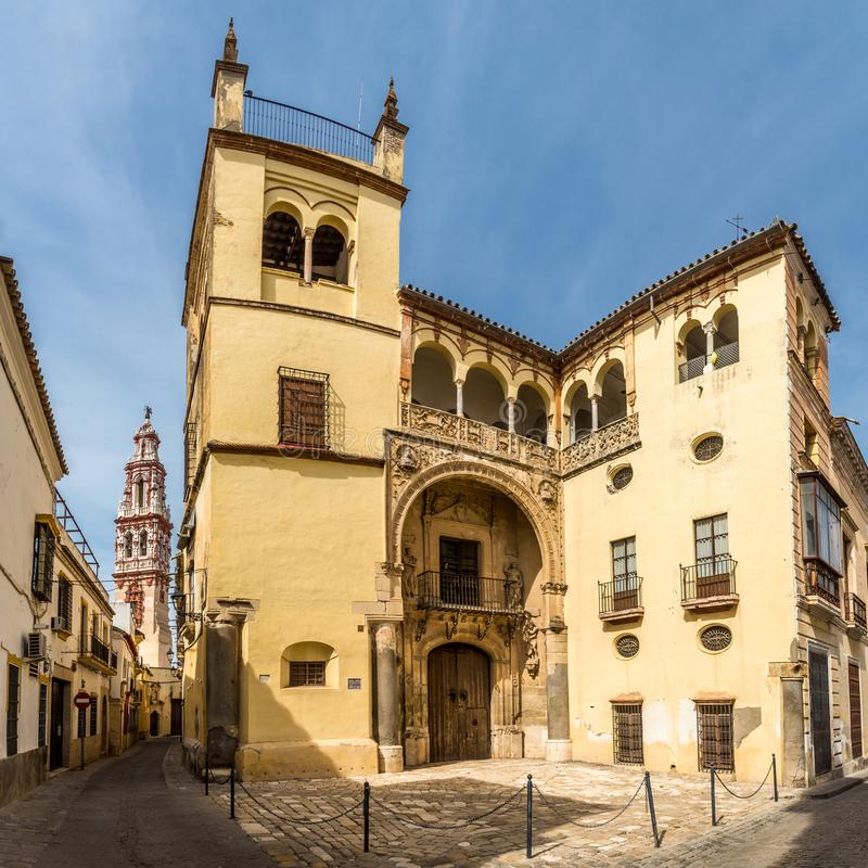 Vue au palais de Valdehermoso avec l'église de tour de cloche de San Juan Bautista Ecija - en Espagne photos stock