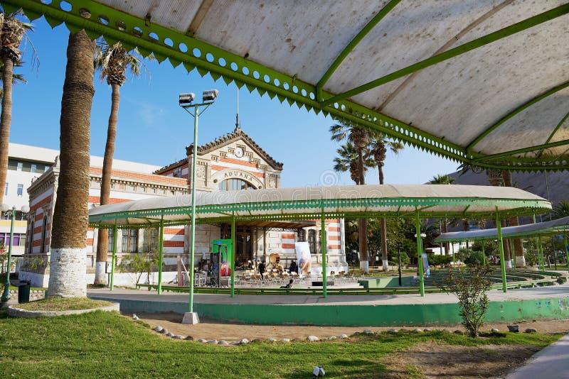 Vue au parc de ville et aux vieilles coutumes construisant dans Arica, Chili image stock