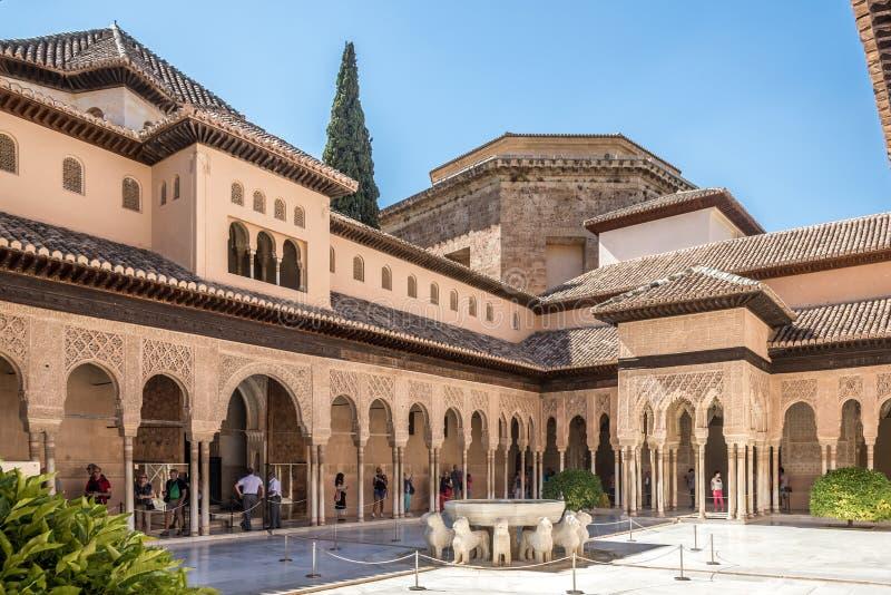 Vue au patio avec la fontaine de lions au centre d'Alhambra de Grenade en Espagne photo stock