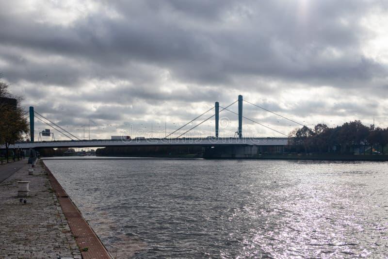 Vue au pont néerlandais de Galecopper au-dessus du canal d'Amsterdam-Rijn près d'Utrecht photo stock