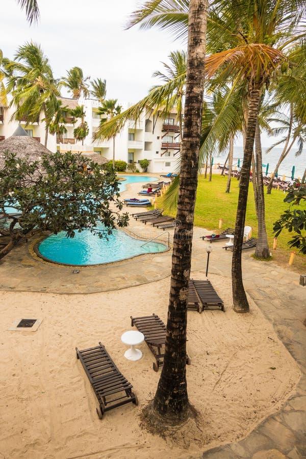 Vue au secteur de piscine et de plage de l'hôtel africain photo libre de droits