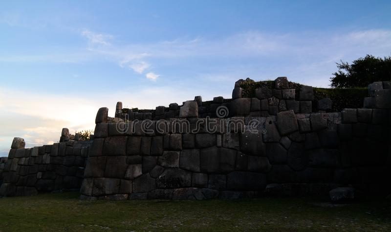 Vue au site de patrimoine mondial de l'UNESCO de Sacsayhuaman, Cusco, Pérou images libres de droits