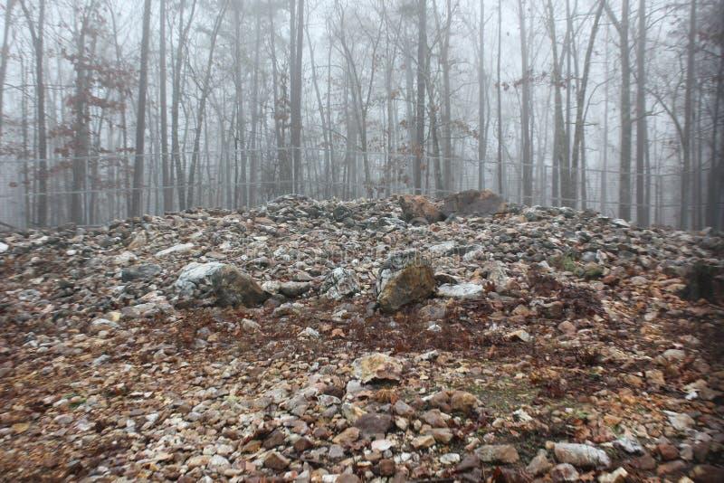 Vue au sol de roche Hawk Effigy Mound photo stock