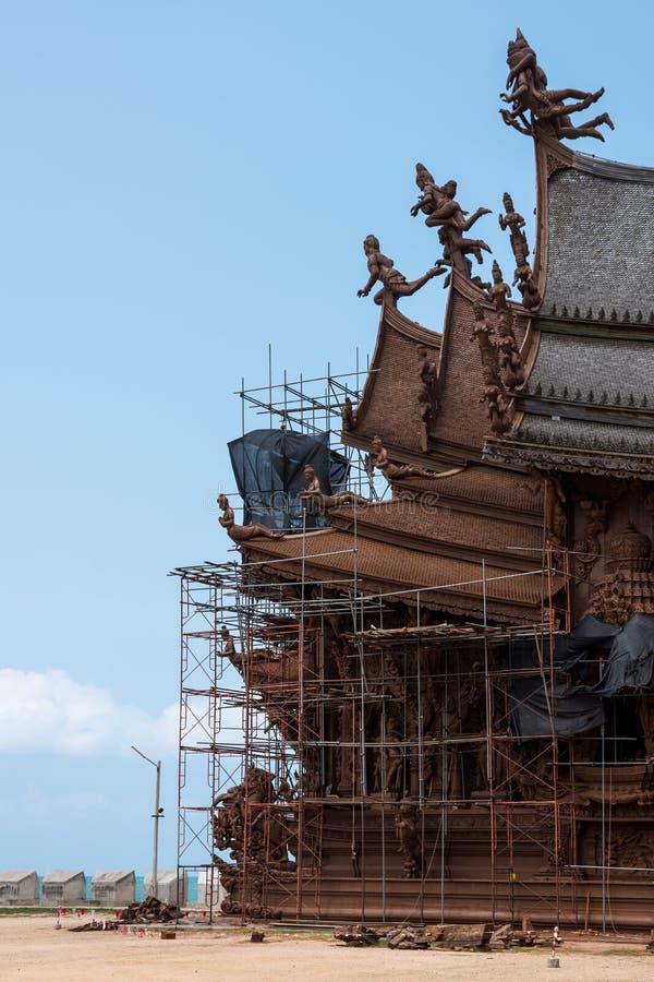 Vue au sol de site de restauration sur l'extérieur de côté du sanctuaire de la vérité, Thaïlande photographie stock