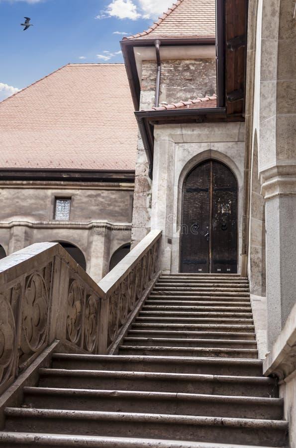 Vue au sujet des escaliers intérieurs du château de Vajdahunyad, la Transylvanie photographie stock libre de droits