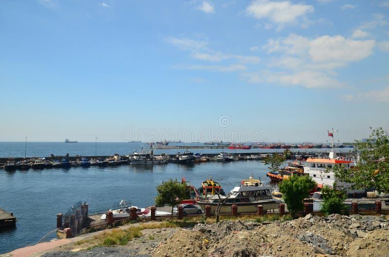 Vue au terminal du ferry de Yenikapı Beaucoup de parc différent de bateaux là photos libres de droits