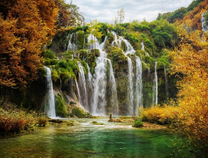 Vue automnale de belles cascades en parc national de lacs Plitvice images libres de droits