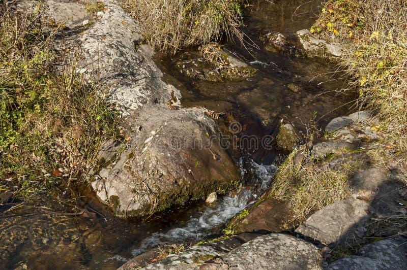 Vue automnale de rivière Lokorska en rive en pierre, balkan photos libres de droits