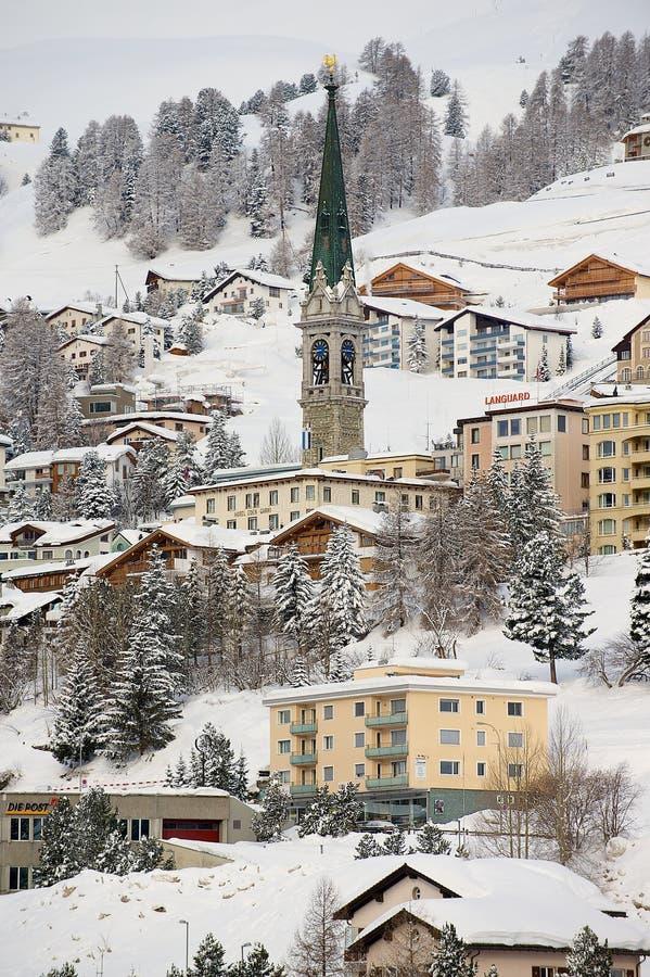 Vue aux bâtiments et à la tour de cloche d'église à St Moritz, Suisse images stock