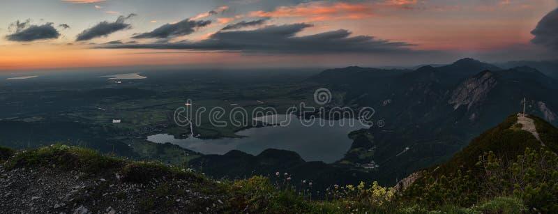 Vue aux collines alpines et kochelsee de lac au crépuscule photos libres de droits