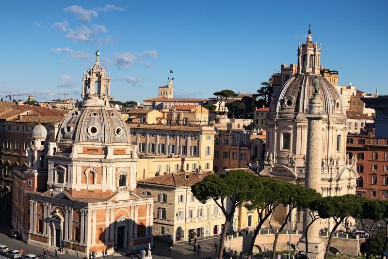 Vue aux dessus de toit de l'horizon de Rome avec l'église Santa Maria di Loreto de dômes et l'église Nome di MarÃa de dôme image libre de droits