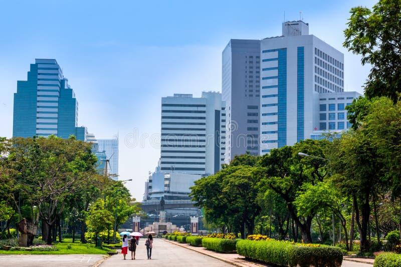 Vue aux gratte-ciel de Bangkok du parc de ville de Lumpini, oasis verte dans la ville occup?e moderne photo stock