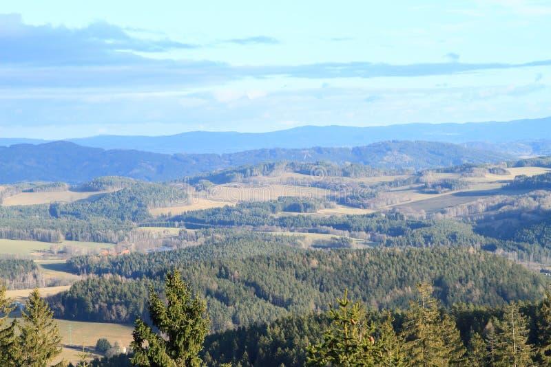 Vue aux montagnes de Sumava images libres de droits