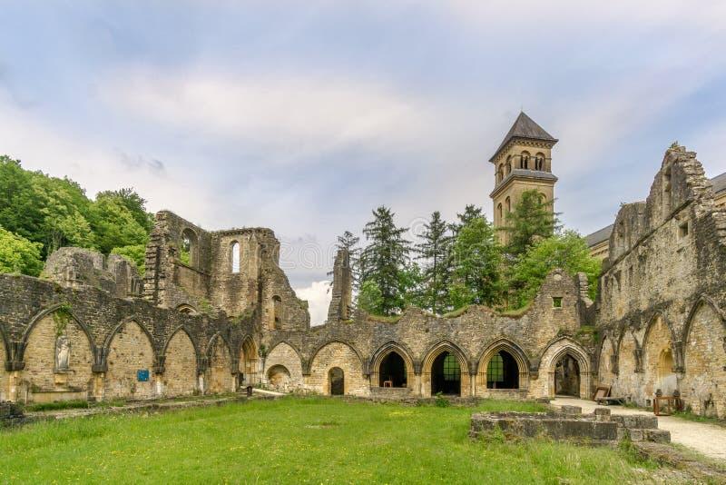 Vue aux ruines du monastère devant de Villers Orval en Belgique photo libre de droits