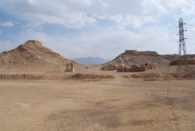 Vue aux tours de Zoroastrian du silence dans Yazd, Iran photos stock