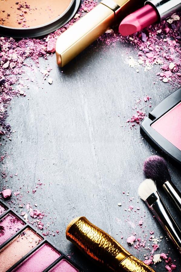 Vue avec de divers produits de maquillage images stock