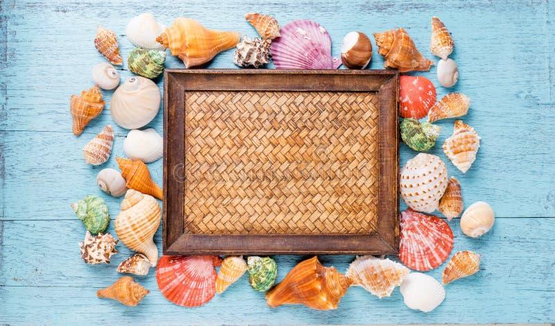 Vue avec des coquillages sur le fond en bois bleu image stock