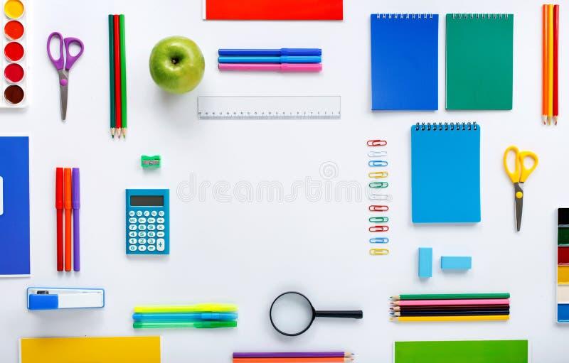 Vue avec des fournitures scolaires sur un fond blanc photos stock