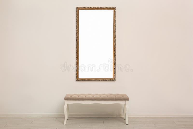 Vue avec la toile vide sur le mur et banc dans la galerie d'art moderne images stock
