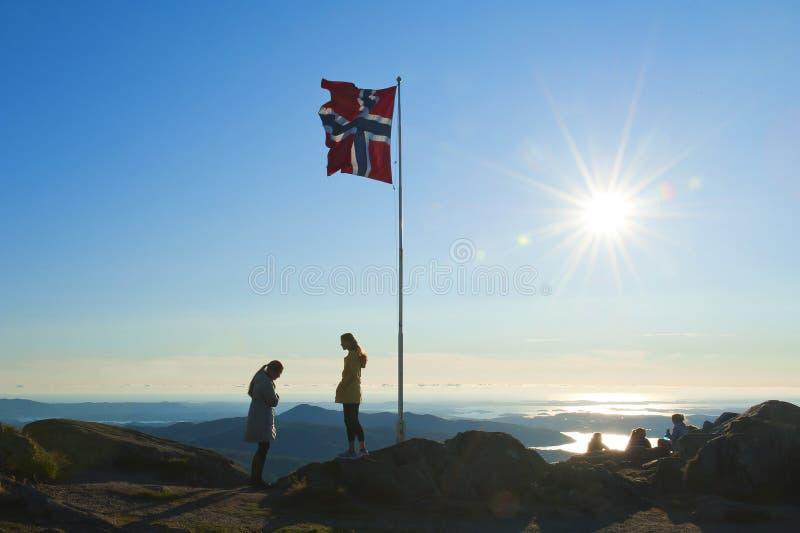 Vue avec le drapeau norvégien vu du bâti Ulriken à Bergen photographie stock