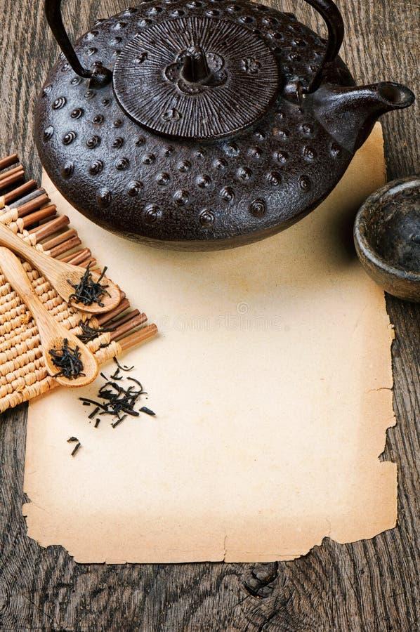 Vue avec le papier et le thé de cru images stock