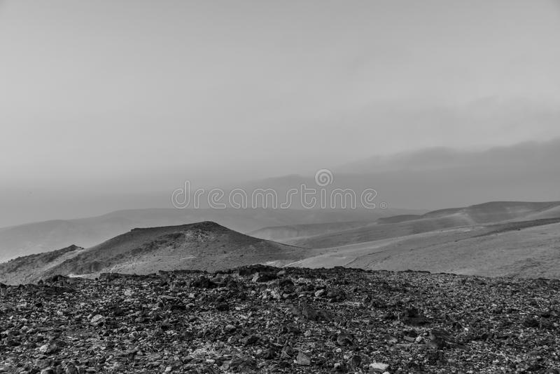 Vue blanche et noire de matin de paysage sur le lever de soleil magique au-dessus du désert du Néguev judean de la Terre Sainte e photographie stock