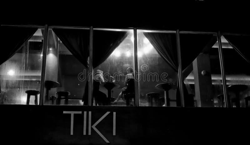 11/12/18 vue blanche noire de n de nouveau Tiki Bar Dumaguete Philippines images stock