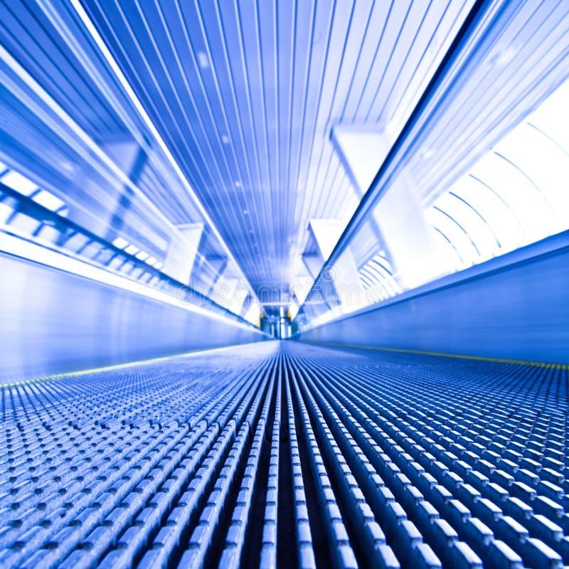 vue bleue d'escalator de couloir photos stock
