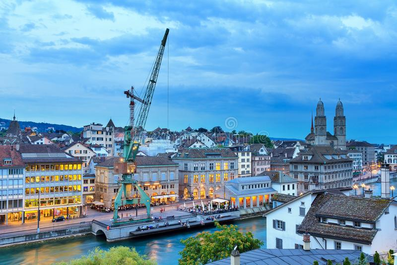 Vue bleue de paysage urbain de grue de Zurich photo stock