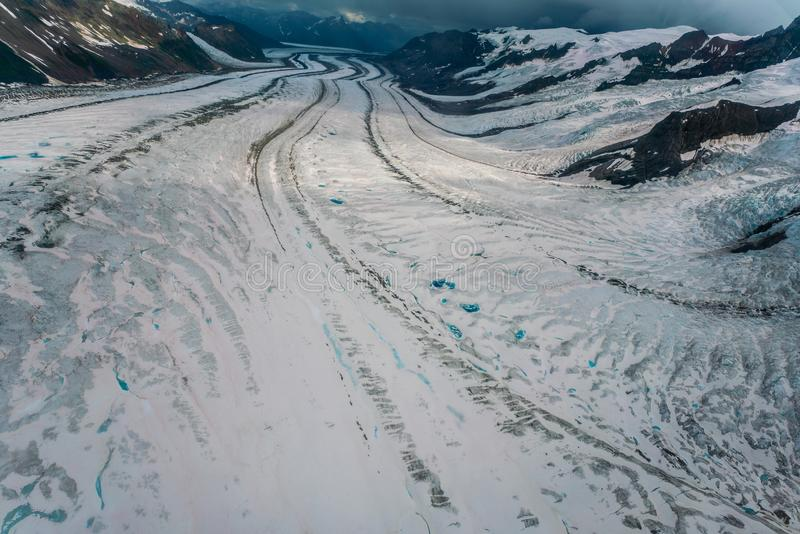 Vue bleue de piscines de glacier en parc national de Wrangell-St Elias photographie stock