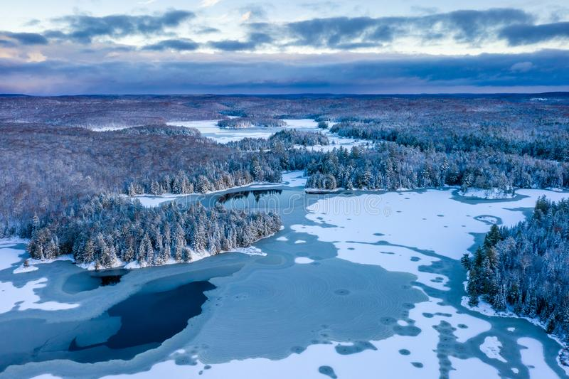 Vue bleue et t?t fra?che d'hiver d'un lac et for?t photos libres de droits