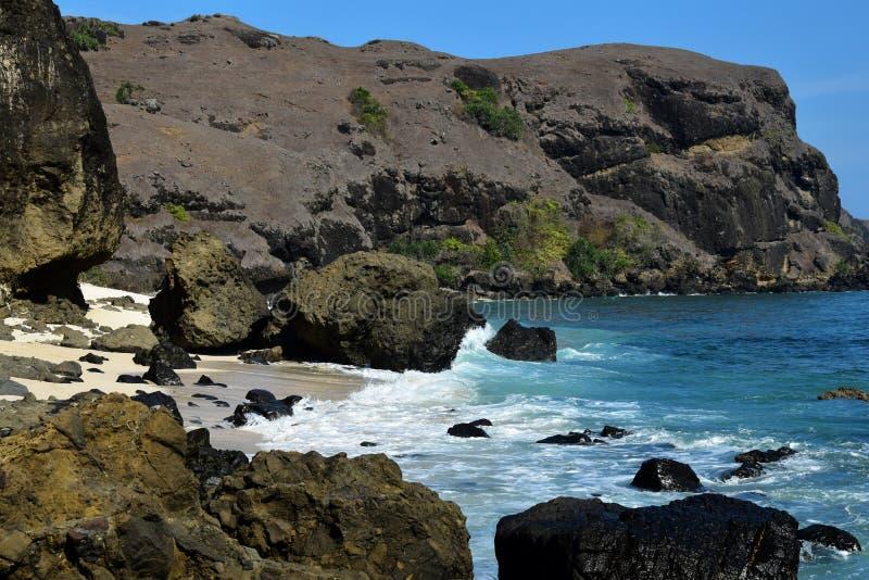 Vue bleue rocheuse de baie de paysage marin de Bukit Merese sur Lombok images libres de droits